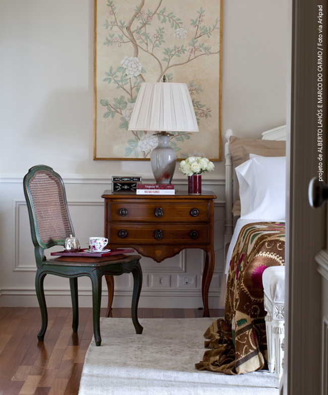 cadeira clássica - lustre contemporâneo