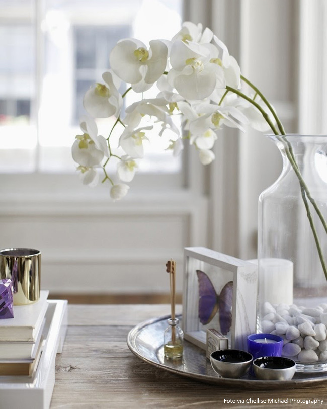 bandeja de prata e vaso de cristal