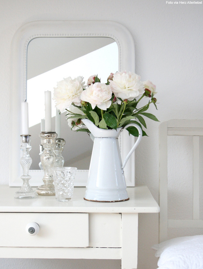 vaso branco com orquídeas brancas