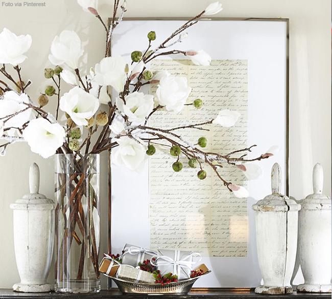 vaso de cristal com orquídeas brancas