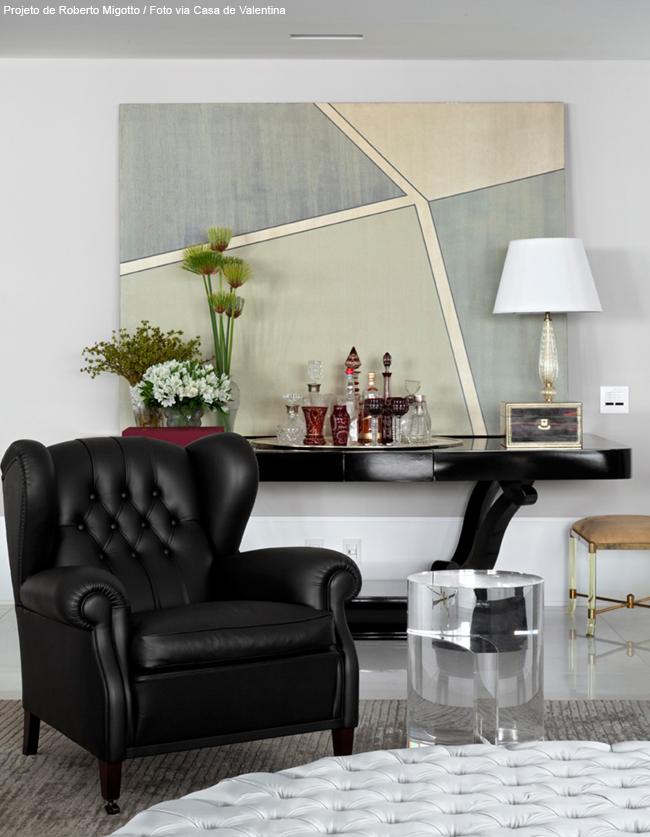 poltrona clássica preta e peças decorativa marsala