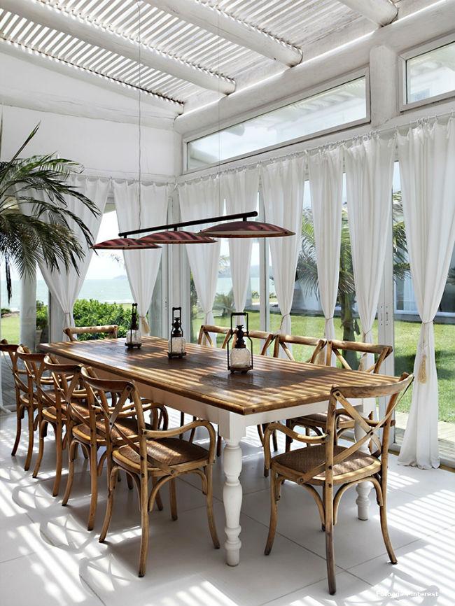 9 lamparinas e cortinas brancas